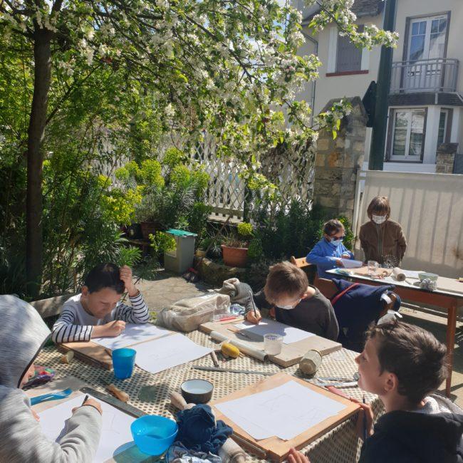 Vacances enfants dans la cour de mon atelier